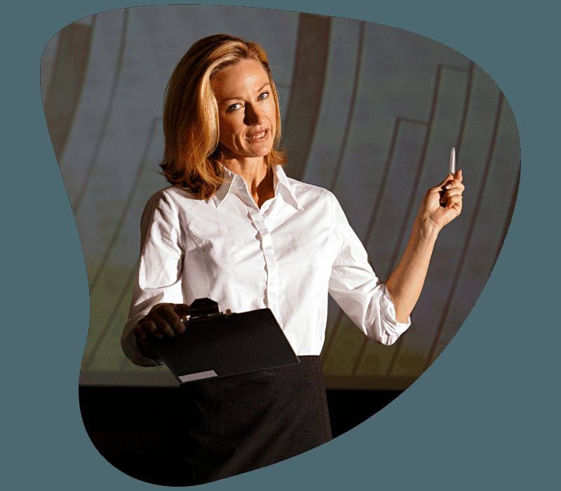 Női előadó magyaráz